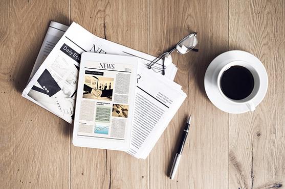 Un Journal Et Une Tasse De Café Sur Une Table En Bois