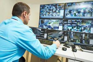 Agent de sécurité surveillant le système de sécurité de surveillance vidéo