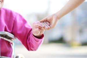 Tenir la main d'une personne âgée