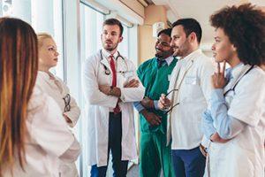 Une Équipe médicale discutant, Secteur Santé