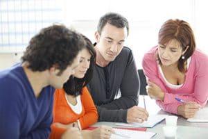 Equipe d'affaires discutant de documents et d'idées, Conférence d'affaires dans un bureau