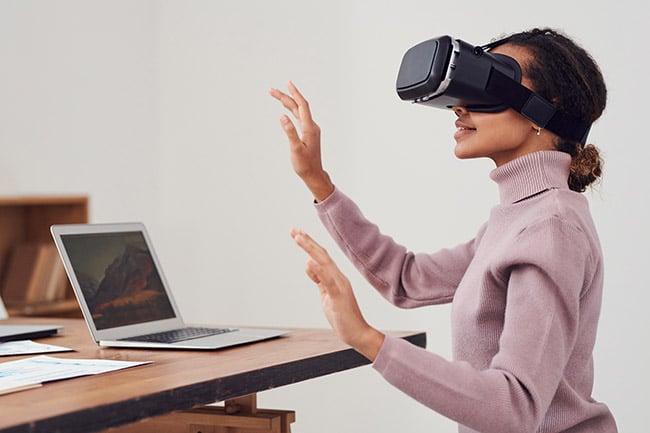 eune Femme Portant Des Lunettes De Réalité Virtuelle