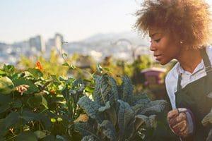 Jeune agricultrice travaillant dans un champ